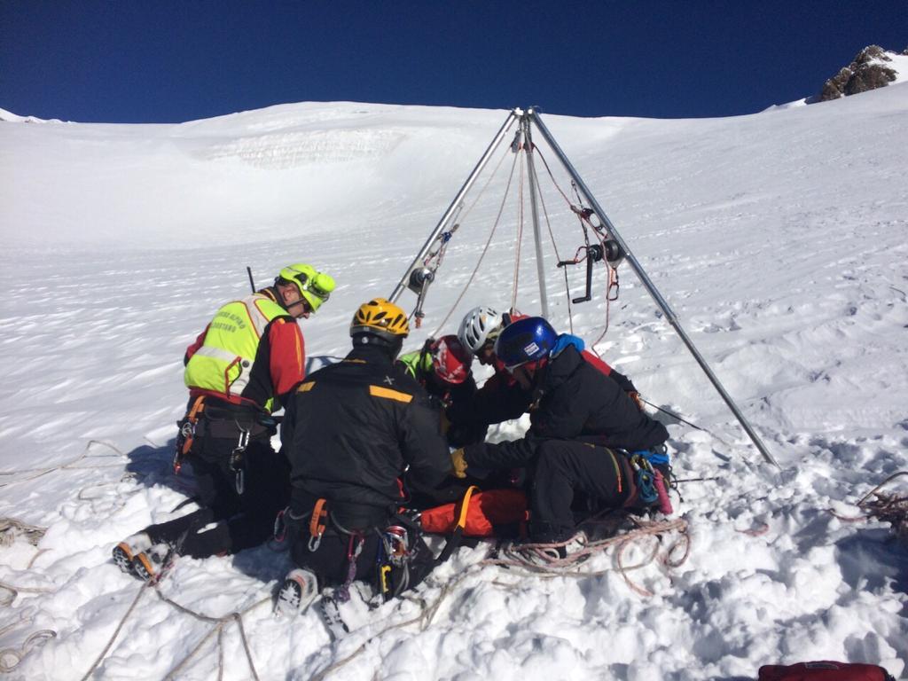 Il tripode per il recupero da crepaccio in uso all'elisoccorso di Aosta